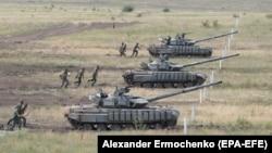 За словами президента Порошенка, на окупованих територіях – близько 700 російських танків