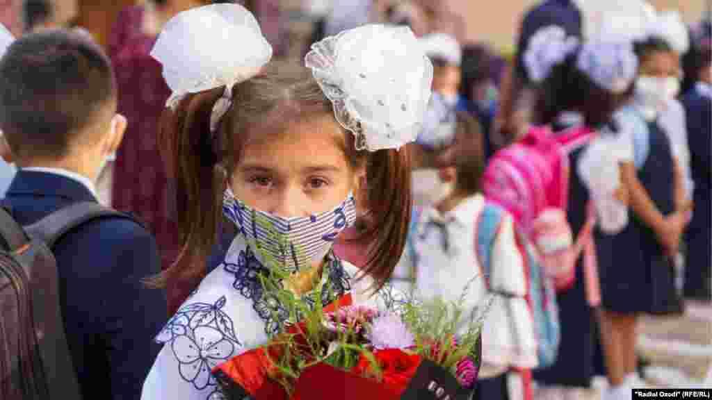 Новий навчальний рік розпочався 17 серпня в Душанбе. Таджицькі вчителі скаржилися на низьку відвідуваність і приходили додому, щоб поговорити з батьками, які бояться відправляти дітей до школи через відсутність захисних заходів. У деяких школах кореспонденти Радіо Свобода спостерігали роздачу дезінфікуючих засобів для рук і мила, але більшості шкіл важко забезпечити дотримання правил фізичного дистанціювання