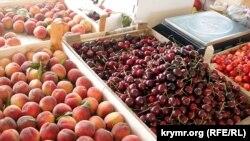 Продажа фруктов и ягод на рынке в Крыму. Архивное фото