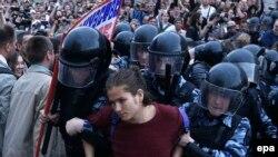 Задержание участника несанкционированного шествия на Тверской улице. Москва, 12 июня 2017 года.