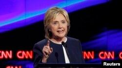 این دومین بار است که کلینتون برای حضور در رقابت نهایی انتخابات ریاست جمهوری، در درون حزب دموکرات خود وارد مبارزه انتخاباتی شده.