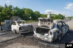 Згорілі автомобілі на місці стрілянини в Мукачеві. 11 липня 2015 року