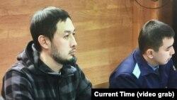 Белсенді, заңгер Әлнұр Ильяшев (сол жақта) әкімдікке қарсы талабы бойынша сот отырысында. Алматы, 24 желтоқсан 2018 жыл.