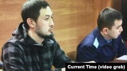 Юрист Альнур Ильяшев (слева) во время суда по рассмотрению его иска к акимату. Алматы, 24 декабря 2018 года.