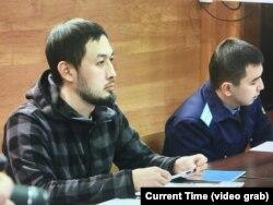Заңгер Әлнұр Ильяшев (сол жақта) әкімдікке қарсы талабы бойынша сот отырысында. Алматы, 24 желтоқсан 2018 жыл.