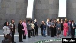 Հայաստանում հավատարմագրված դիվանագետների կանայք եւ կին դիվանագետները Ծիծեռնակաբերդի հուշահամալիրում: 16-ը հոկտեմբերի, 2009թ.