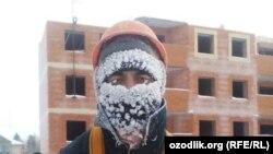 В России трудовые мигранты из Узбекистана работают на тяжелых работах.