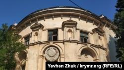 Разбитые окна верхнего этажа и советский герб на фасаде – дом номер четыре по улице Суворова в Севастополе
