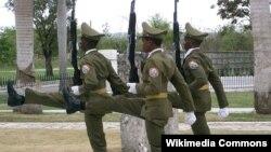 Кубинские солдаты на церемонии у мавзолея имени Хосе Марти