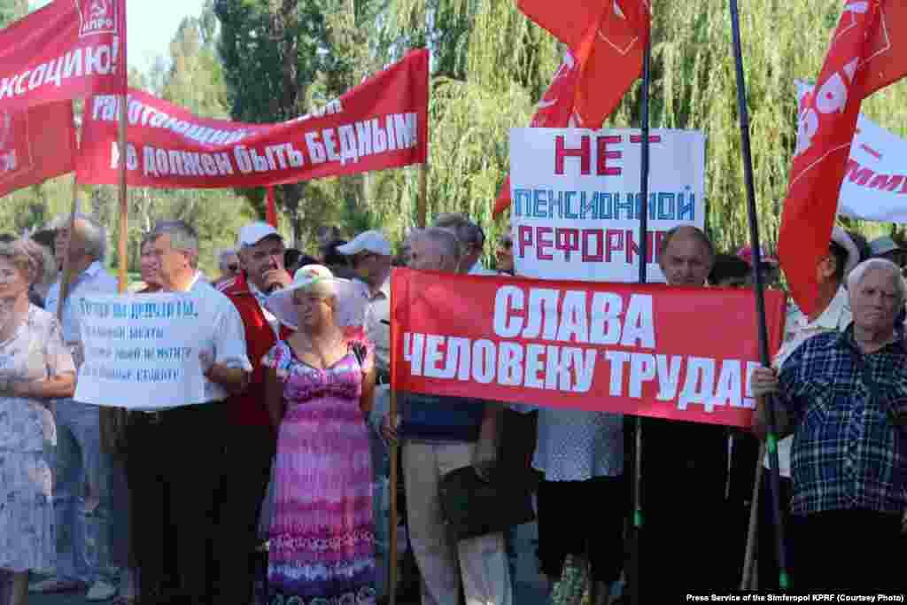 Мітинг-протест проти підвищення пенсійного віку. Сімферополь, 18 серпня 2018 року. У червні 2018 року уряд Росії оголосив про підвищення пенсійного віку, а в липні Держдума схвалила законопроект. Він передбачає підвищення віку виходу на пенсію до 2034 року: для чоловіків – із 60 до 65 років до 2028 року, а для жінок – із 55 до 63 років. У Росії почалися масові протести, які дісталися і до анексованого півострова.