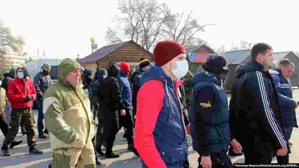Представники місцевої самооборони та цивільного корпусу «Азову» проводжають до автобуса учасників акції проти демонтажу пам'ятника Леніну