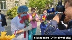 Працівники Нікітського ботанічного саду подарували тюльпани кримським медпрацівникам