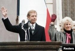 Наваабраны прэзыдэнт Чэхаславаччыны Вацлаў Гавэл выступае перад народам, побач — жонка Вольга, Прага, 29 сьнежня 1989
