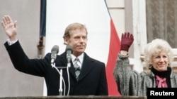 Вацлаў Гавэл з жонкай Вольгай пасьля абраньня прэзыдэнтам Чэхаславаччыны, 29 сьнежня 1989 году.