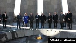 Председатель Бундестага Норберт Ламмерт в мемориальном комлексе памяти жертв Геноцида армян «Цицернакаберд», Ереван, 6 марта 2013 г.