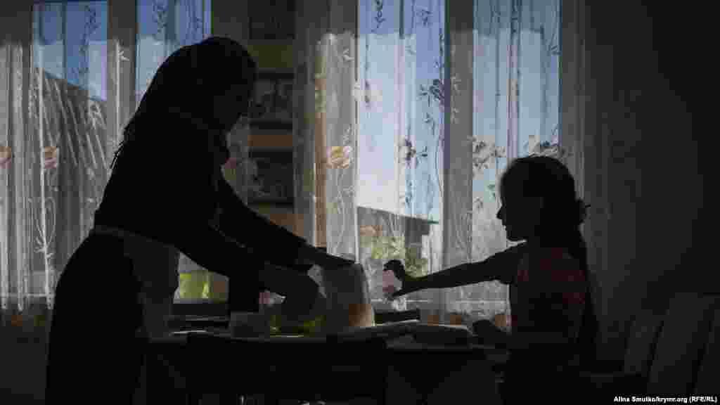 Бабуся й онучка готують кубете