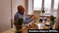 Пострадавший во время ядерных испытаний Владимир Сулима показывает маршрут экспедиции. Семей, 18 ноября 2019 года.