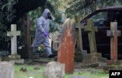 Сотрудник полицейского спецподразделения на кладбище в Солсбери во время операции химзащиты сразу после отравления Скрипалей