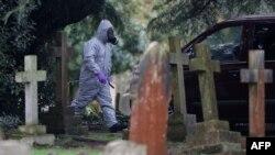 Экспэрты працуюць на могілках у Солсбэры, дзе пахаваныя жонка і сын Сяргея Скрыпаля, 10 сакавіка 2018 году