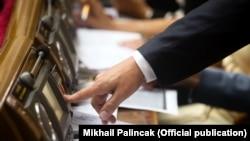 «Кнопкодавство» каратиметься штрафом від трьох тисяч до п'яти тисяч неоподатковуваних мінімумів доходів громадян (орієнтовно від 51 до 85 тисяч гривень)