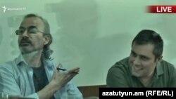 Жирайр Сефилян (слева) и Геворк Сафарян в суде (архив)