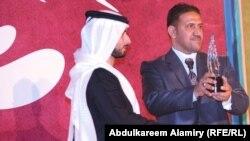 عصام جعفر خلال استلامه الجائزة الفضية لمهرجان دبي
