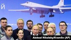 Vladimir Putin la uzina de aviație de la Kazan