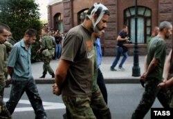 Палонных украінскіх вайскоўцаў вядуць па Данецку