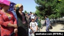 Aşgabadyň Teke bazary, adamlar petek nobatyna durlar. 30-njy iýul, 2013.