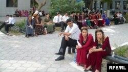 Türkmenistanyň ýokary okuw jaýlarynyň birinde giriş synaglary tabşyrmaga taýýarlanýan ýaşlar.