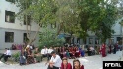 Ашхабадтағы Түркменстан мемлекеттік университетінде қабылдау емтиханы жүріп жатыр. 3 тамыз, 2009 жыл.