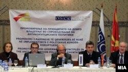 Архивска фотографија - Презентирани резултати од истражувањето за перцепцијата на граѓаните за корупцијата во локалната самоуправа на јавна дебата во Скопје. Амбасадорот на ОБСЕ, Ралф Брет и претседателот на Антикорупциската комисија Ѓорѓи Сламков.