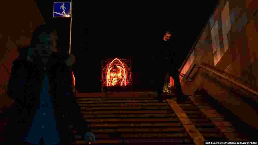 7 листопада, колись - День Жовтневої революції, офіційно більше не святкується в Україні. «Безкінечне святкування» Бакші стає символом звільнення від тягаря минулого й актом не-святкування