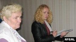 Рэвізія ў Доме Польскім у Івянцы. Тэрэса Собаль зьлева, за ёй — Ганна Пшанко зь фінансавага аддзелу райвыканкаму, 18сьнежня 2009-га.