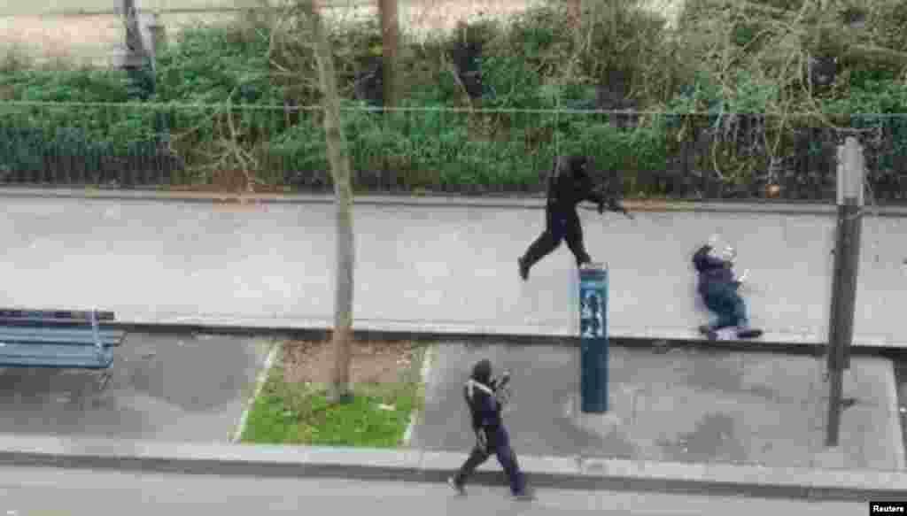 Террористы после нападения на редакциюCharlie Hebdo убивают полицийского
