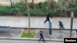 Напавшие на редакцию Charlie Hebdo вооруженные люди убегают от преследования. Париж, 7 января 2015 года.