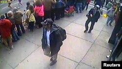 Ағайынды Царнаевтардың Бостонда жарылыс болған күні видео камераға түсіп қалған бейнелері. Суретті ФБР 2013 жылы 18 сәуірде жариялаған.