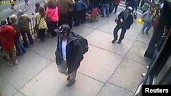 Фотография с камеры видеонаблюдения, на которой запечатлены братья Царнаевы в день взрывов в Бостоне. Опубликовано ФБР 18 апреля 2013 года.