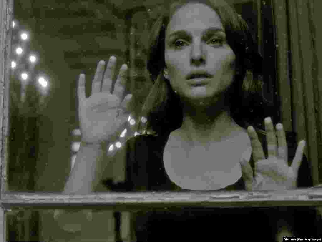 """Натали Портман в трейлере Виеннале повторяет знаменитый жест из фильма Майи Дерен """"Полуденные сети"""". Трейлер в этом году сняла иранская художница Ширин Нешат"""
