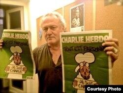 Dan Alexe cu exemplarele incriminate la București din Charlie Hebdo