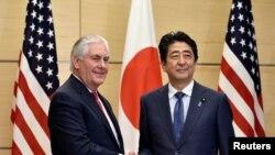 Американскиот државен секретар Рекс Тилерсон на средба со јапонскиот министер за надворешни работи Фумио Кишида во Токио.