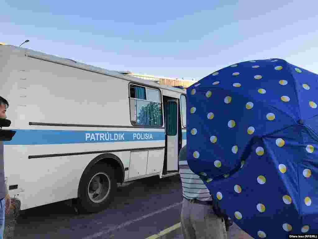 Осы күні Шымкентте де полиция ондаған адамды ұстады. Белгісіз біреулер қолшатырмен Азаттық тілшісінің жұмысына кедергі келтірді.