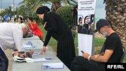 Родители Темирлана Мачаликашвили устроили сбор подписей на батумской набережной