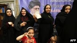 Тегеранда Иран президенті сайлауына дауыс беріп тұрған әйелдер (Көрнекі сурет).