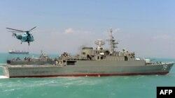 Првиот разурнувач од иранско производство Џамаран плови во Персискиот Залив.