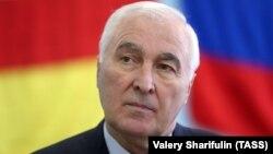 На організованих фактичною владою «президентських виборах» у сепаратистському регіоні Грузії Південній Осетії, переміг «спікер парламенту» Анатолій Бібілов (на фото)