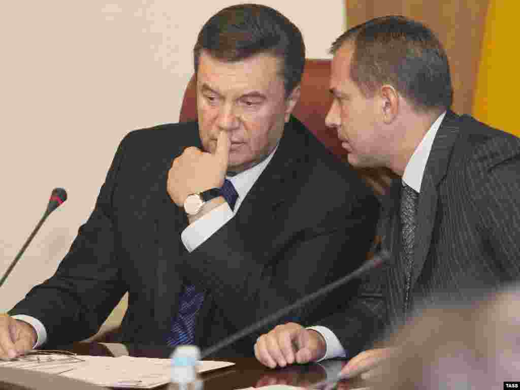 Prime Minister Viktor Yanukovich (left) conferring with Deputy Prime Minister Andriy Klyuyev on April 4