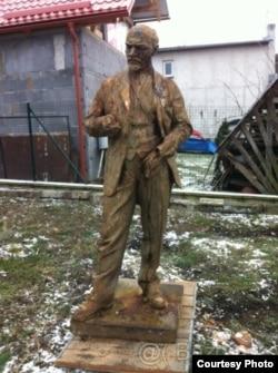 Словакиялық коллекционердің ауласында тұрған Лениннің ескерткіші.