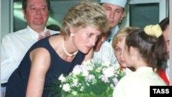 Şahzadə Diana Moskvada uşaq xəstəxanasını ziyarət edir, iyun, 1995