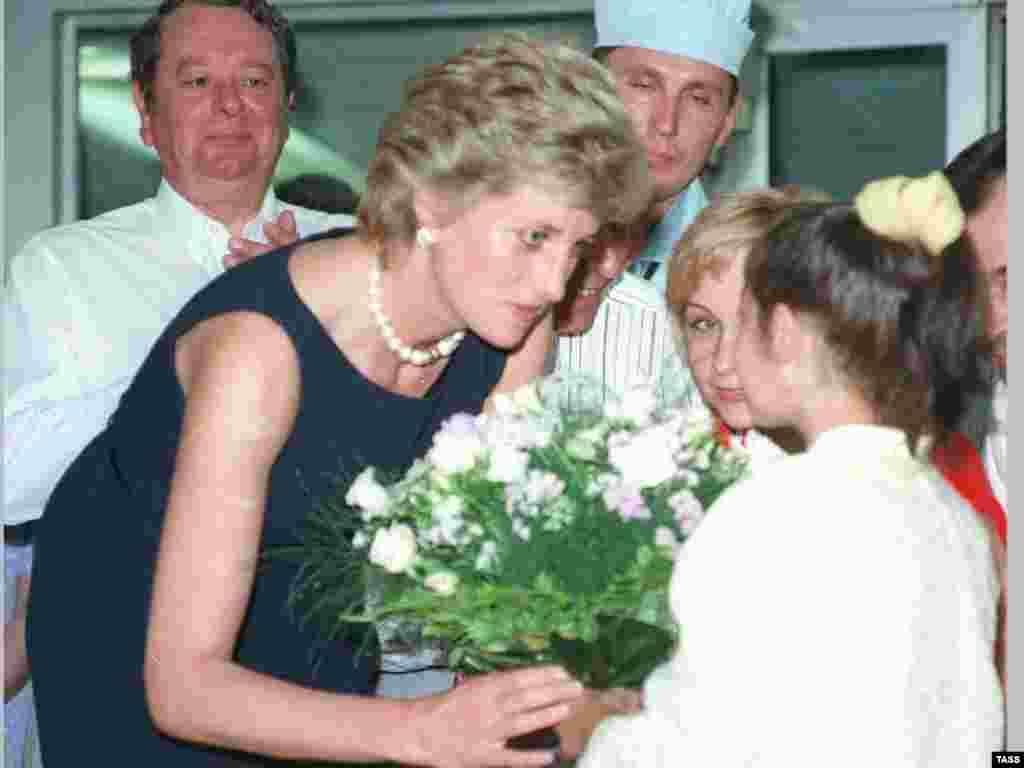 Принцеса Діана під час візиту до дитячої лікарні в Москві, 1995 рік.